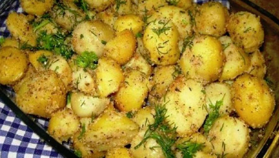 Simplu, delicios, gustos și de post – 1 kg cartofi, 5 căței de usturoi, 4 linguri de pesmet, mărar, pătrunjel, sare și piper